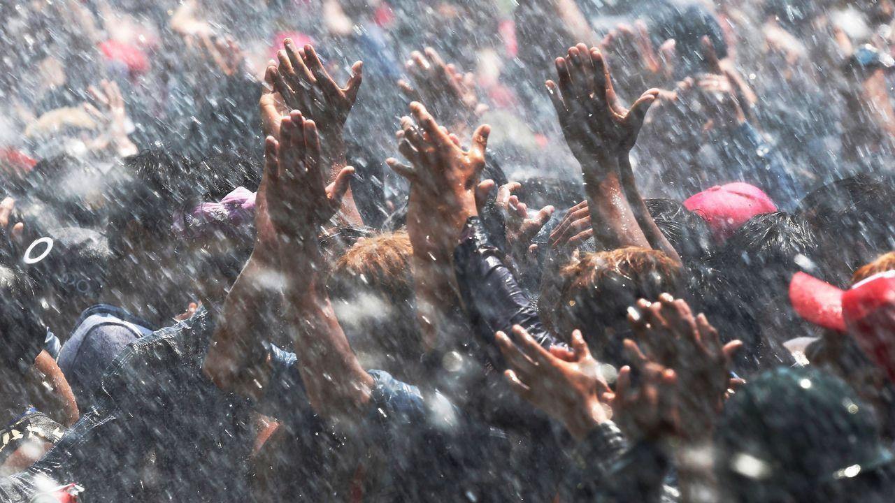 Cientos de personas disfrutan del festival del agua de Naipyidó, en Birmania