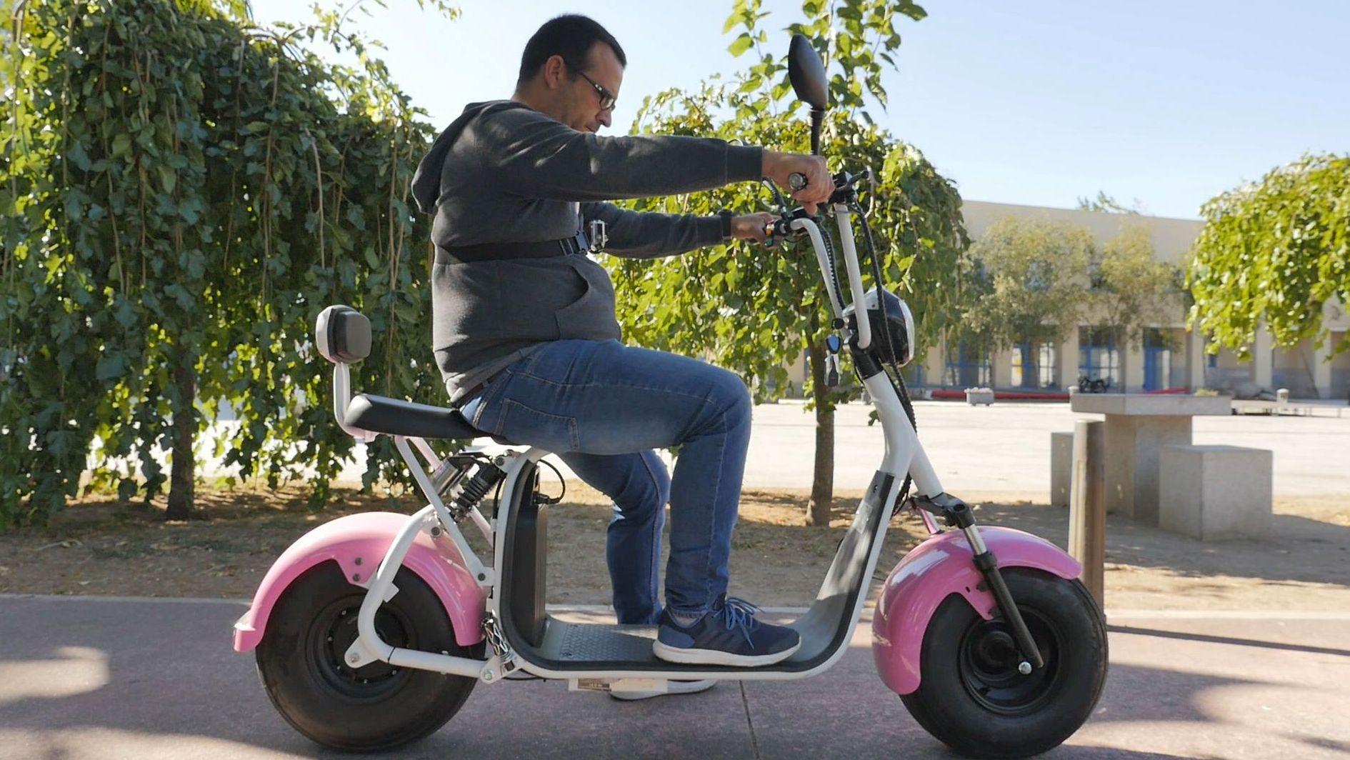 El modelo de la foto es un scooter, también eléctrico, que puede pasar de los 60 por hora