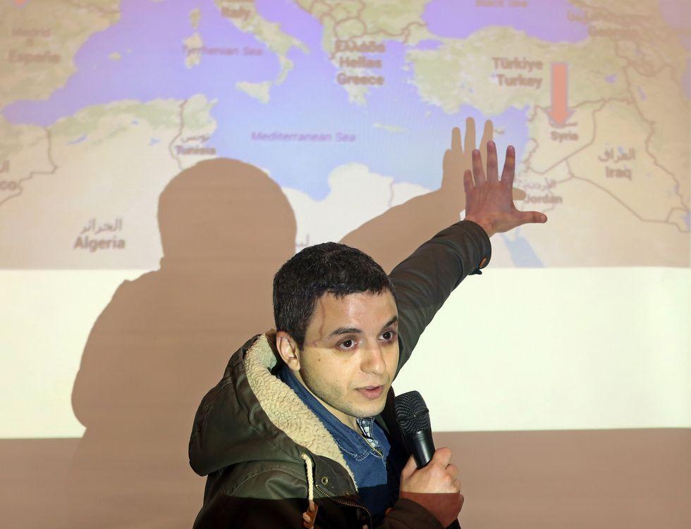 Mohamed Jalbont, en el instituto boirense de A Cachada, hablando de su país, Siria.