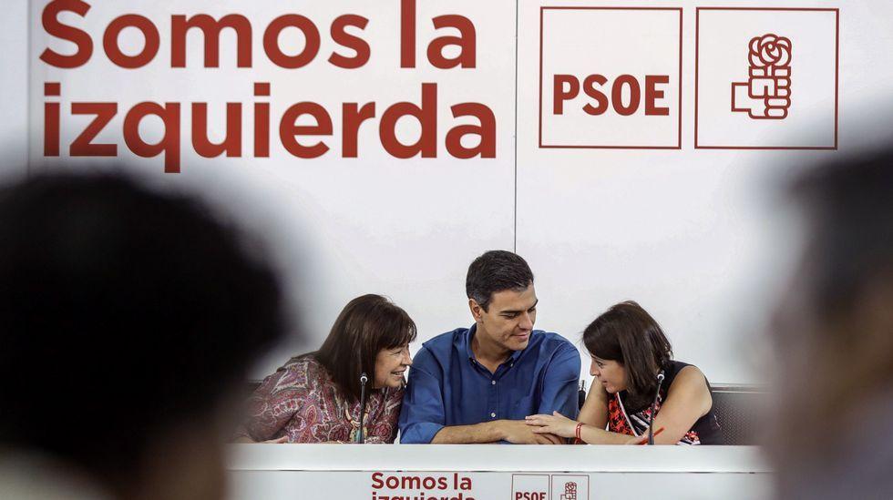 El secretario general del PSOE, Pedro Sánchez,c., conversa con la presidenta del partido,Cristina Narbona,iz., y la vicesecretaria general, Adriana Lastra,d., durante la reunión de la nueva Ejecutiva Federal del PSOE