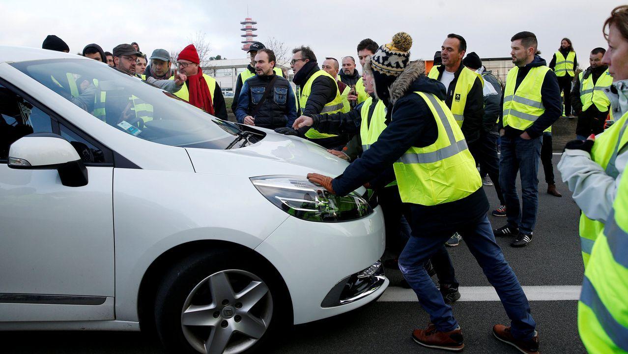 Ghosn, CEO de la Alianza conformada por Renault, Nissan y Mitsubishi posa junto con el K-ZE, próximo lanzamiento eléctrico de la marca del rombo