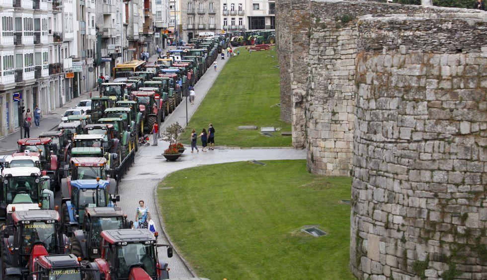 .Los tractores rodearon la muralla durante diez días para reclamar una subida de la leche.