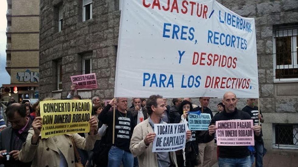 Protesta de trabajadores de Liberbank durante los premios Príncipe