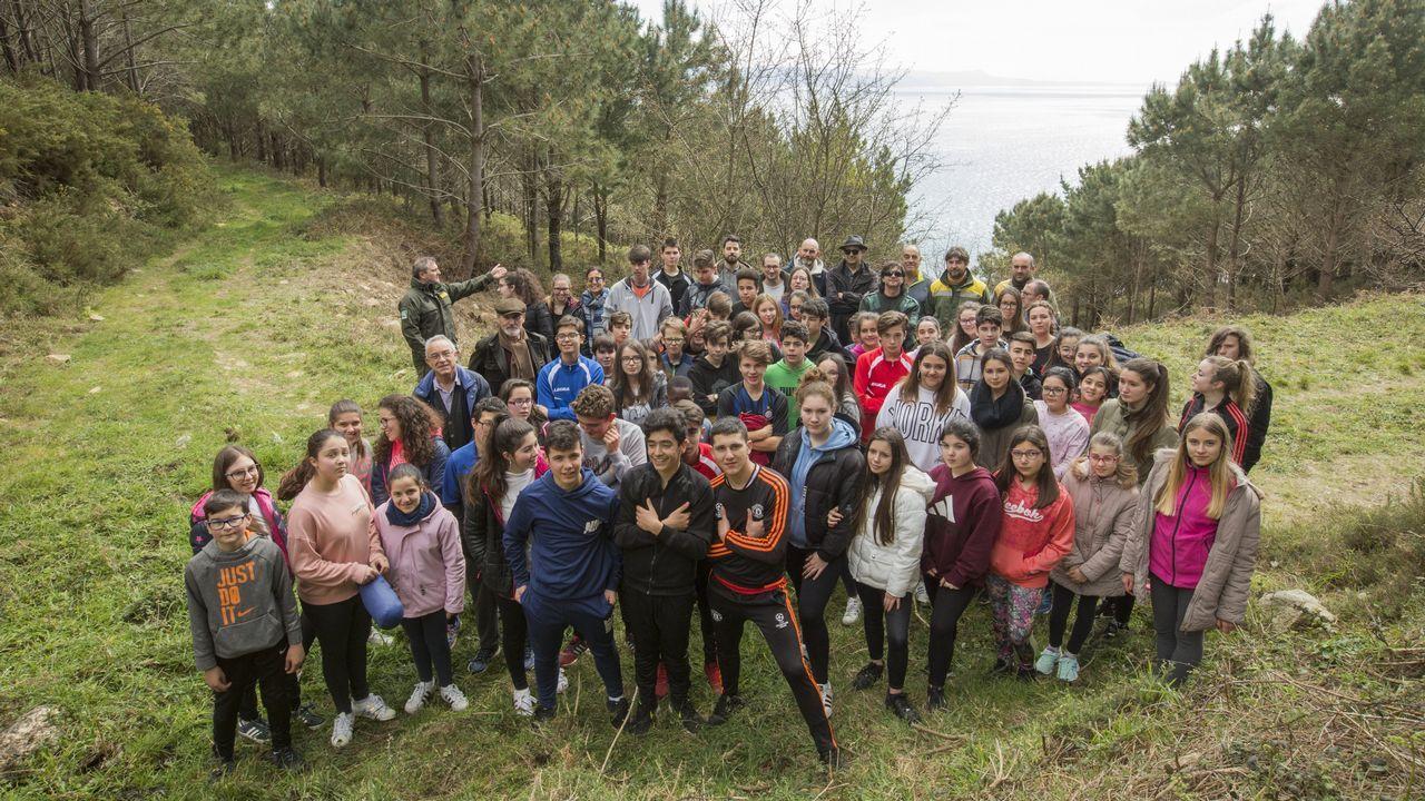 Los estudiantes del Nuestra Señora del Carmen, de Fisterra, se echan al monte en el Día Internacional del Árbol