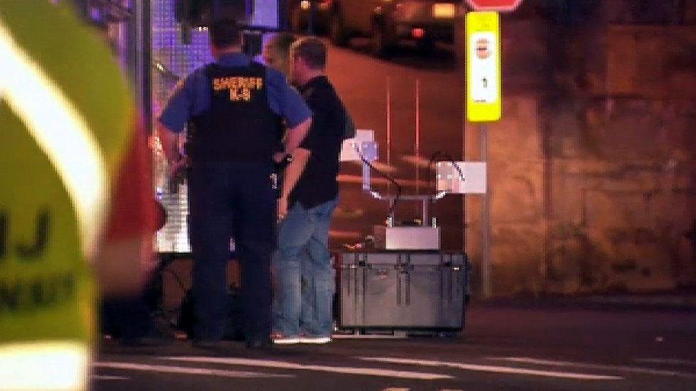 Hallada una mochila explosiva en una estación de tren en Nueva Jersey.Los canales de televisión mostraron a Ahmad Khan Rahami herido en una camilla.