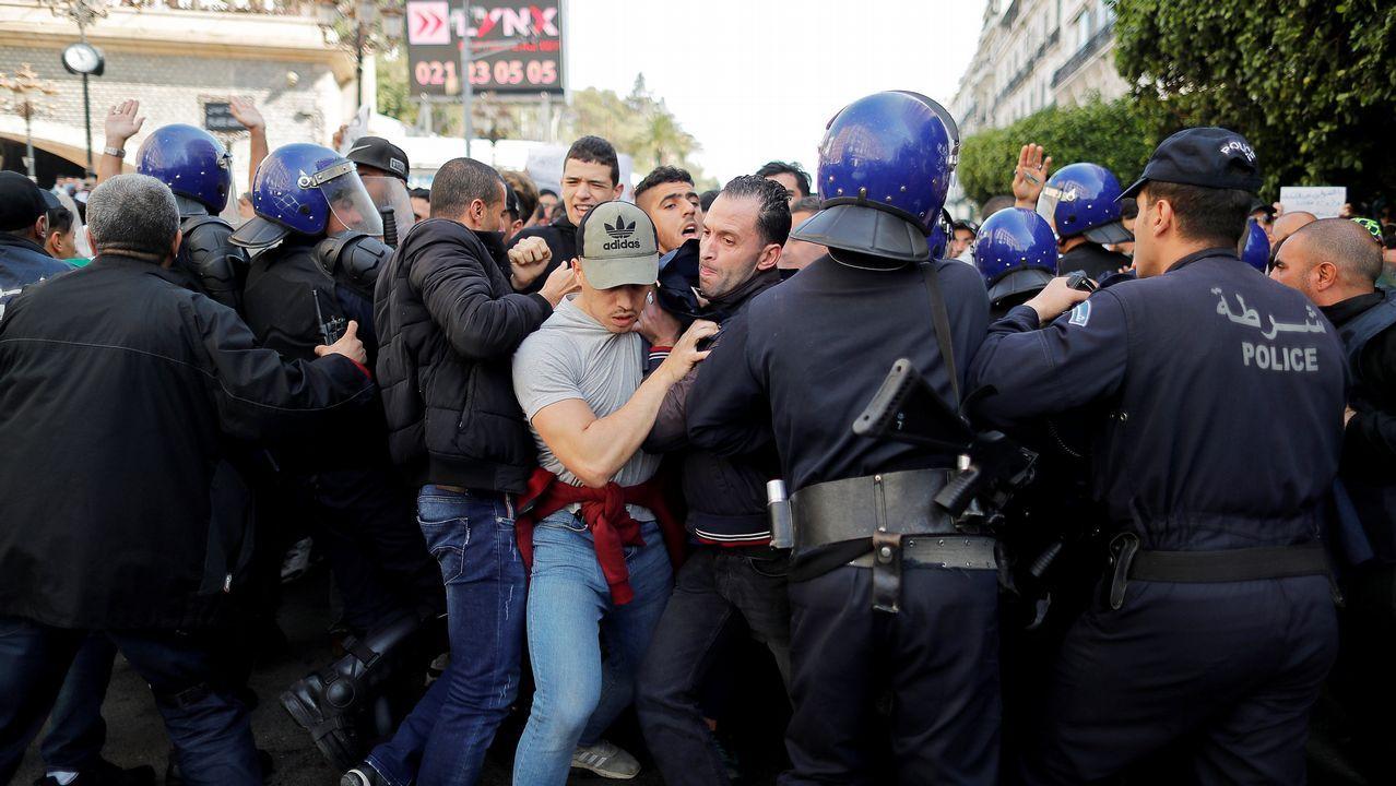 Los antidisturbios cargaron contra la manifestación de universitarios en Argel