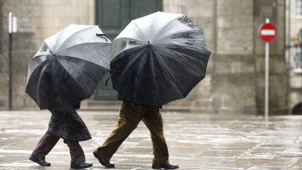 Jornada de alertas en Galicia.Una calle de Oviedo bajo la lluvia