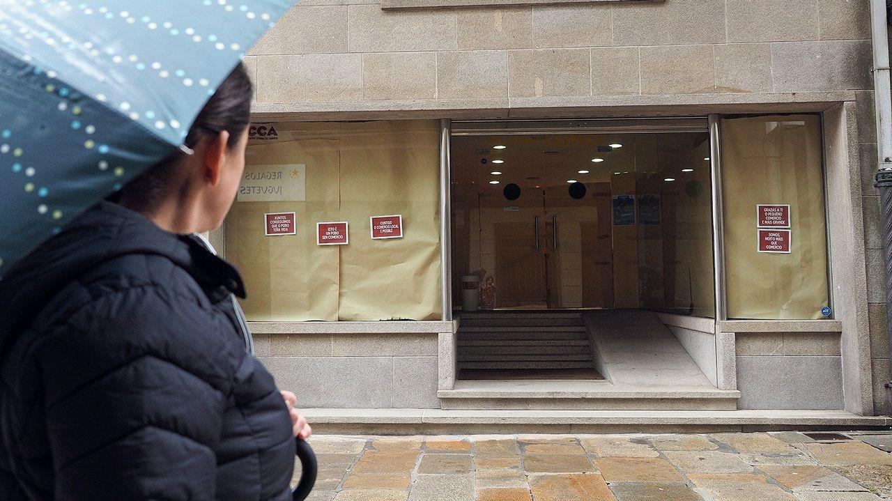 Un manto de hojas cubrió Santiago de Compostela.La casa embargada, hoy vacía, está en Taragoña