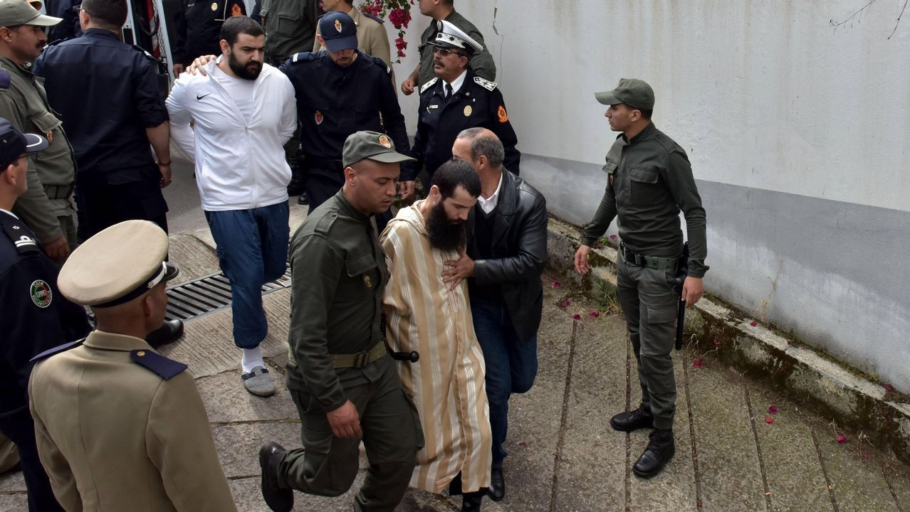 Policías marroquíes escoltan a un grupo de sospechosos de los asesinatos de dos mujeres nórdicas el pasado diciembre en Salé
