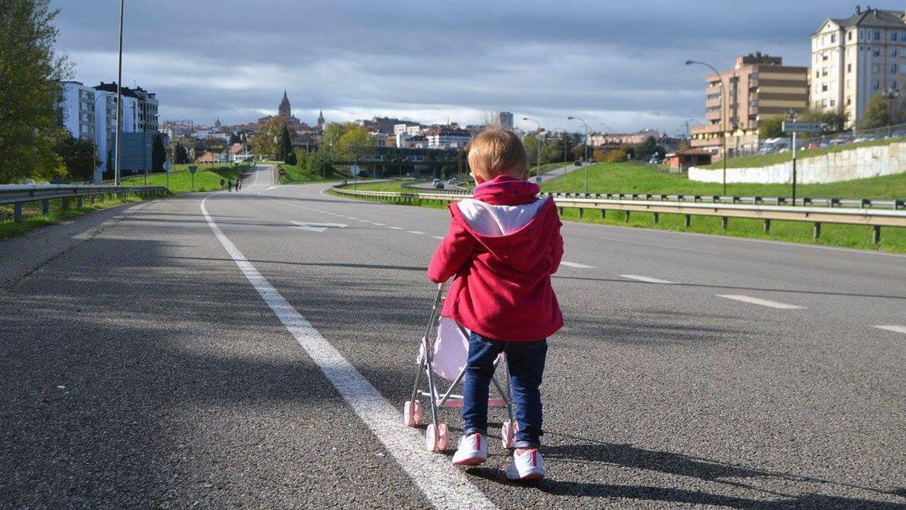 Una niña pasea a su muñeca sobre la carretera de acceso a Oviedo desde la autopista Y, cerrada al tráfico para celebrar el amagüestu del Bulevar de Santullano.Una niña pasea a su muñeca sobre la carretera de acceso a Oviedo desde la autopista Y, cerrada al tráfico para celebrar el amagüestu del Bulevar de Santullano