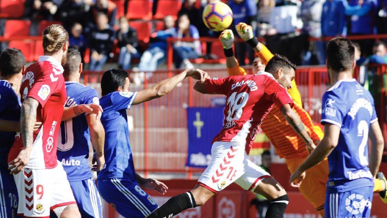 Anquela Requexon.Alfonso Herrero despeja un balón aéreo en el Nàstic-Oviedo