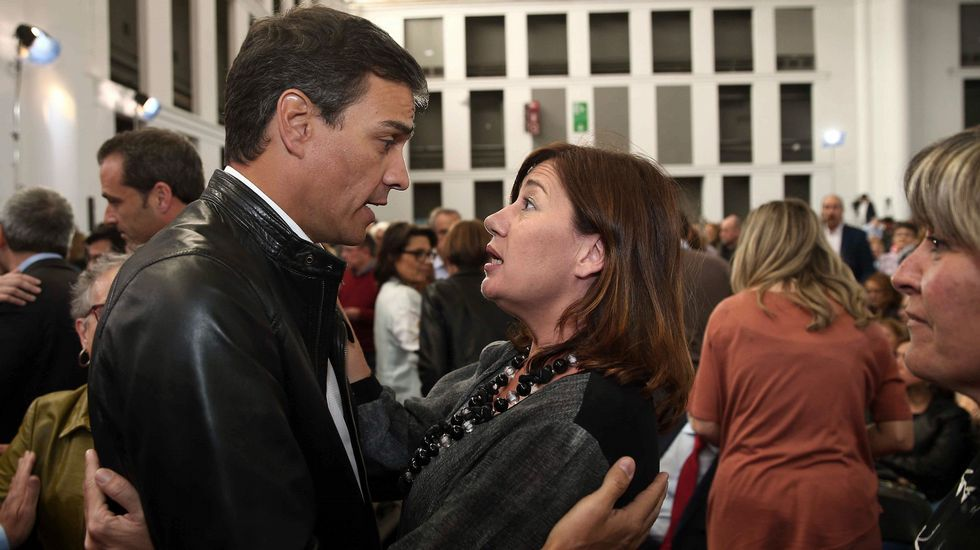 Los tres precandidatos del PSOE juntos pero no revueltos en el homenaje a Chacón.Mireia Chacón y Xavier Tápia, hermana y cuñado de Chacón, han cerrado el acto de homenaje del PSC a la socialista.