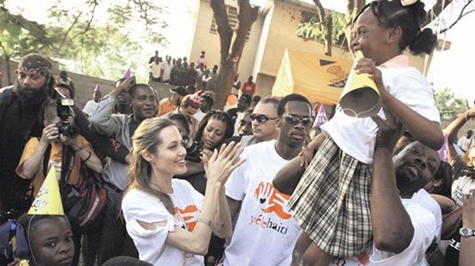 .La actriz Angelina Jolie, con los refugiados.