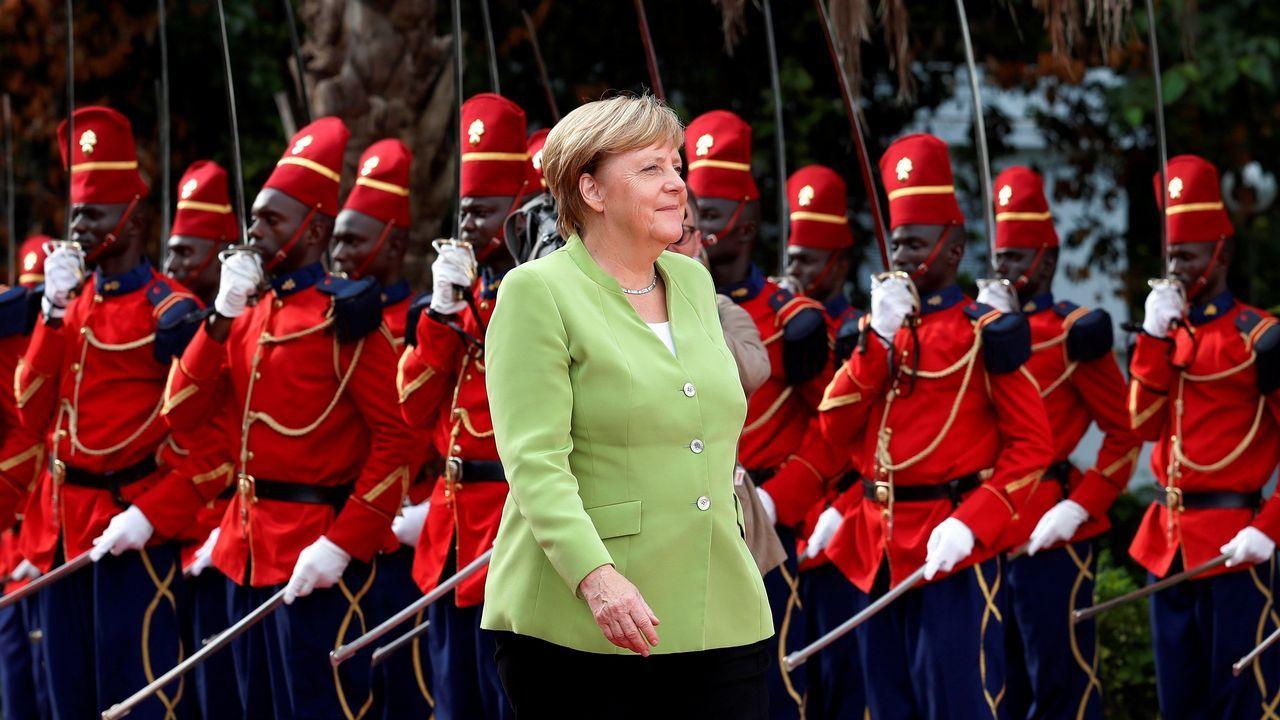 La canciller alemana, Angela Merkel (c), se prepara para saludar al presidente senegalés, Macky Sall