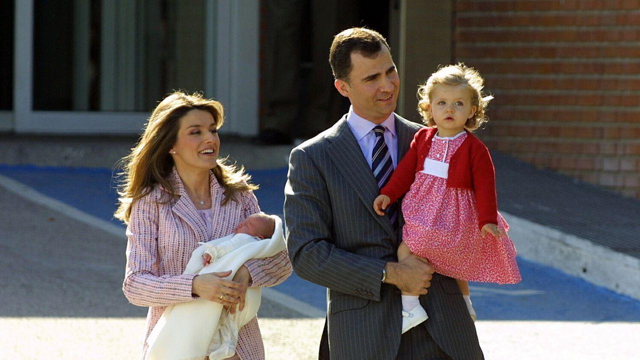 Salida de la clínica Ruber Internacional tras el nacimiento de la Infanta Sofía. Mayo de 2007