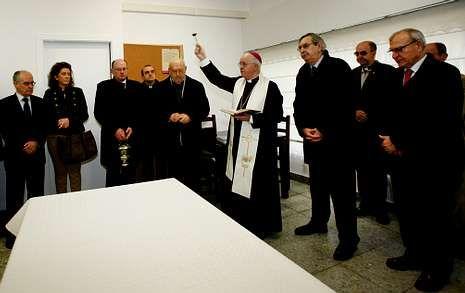 El arzobispo de Santiago, Julián Barrio, bendice el nuevo comedor social de Cáritas de Cee.