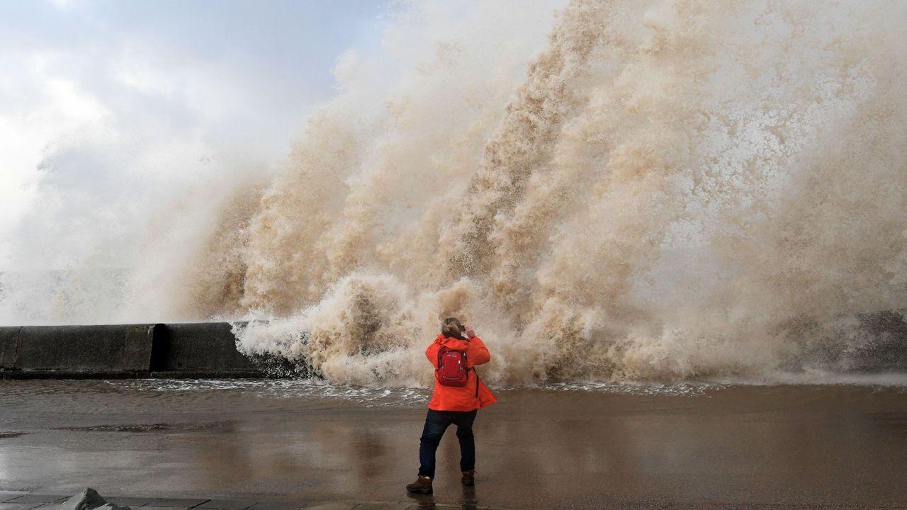 Una mujer toma fotografías en el paseo marítimo de New Brighton (Reino Unido)