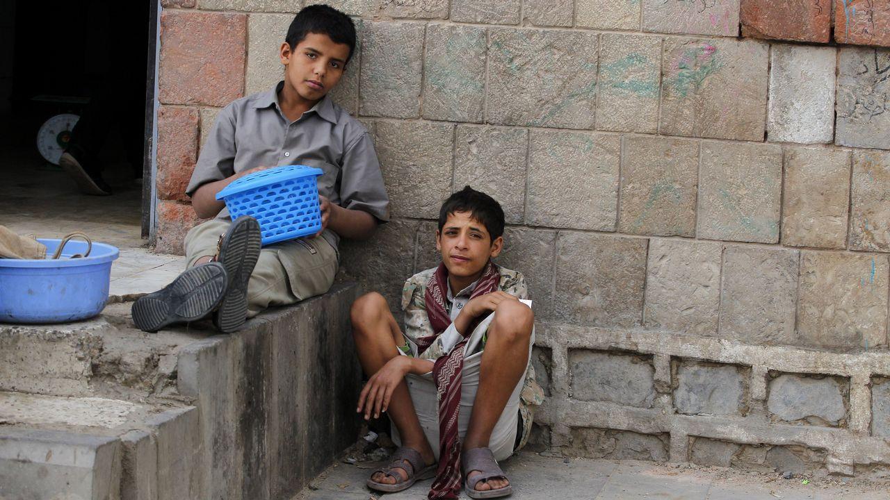 Niños yemeníes afectados por el conficto armado esperan para recibir comida en una orfanato de Sana'a, en Yemen