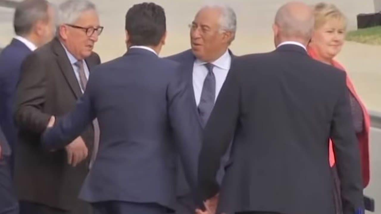.El primer ministro chino, Li Keqiang, con los jefes de la UE, Donald Tusk y Jean-Claude Juncker