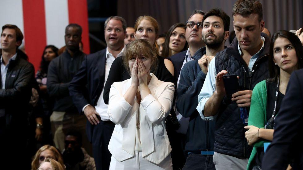Caras de tristeza y de preocupación entre los seguidores demócratas ante los resultados que iban llegando.