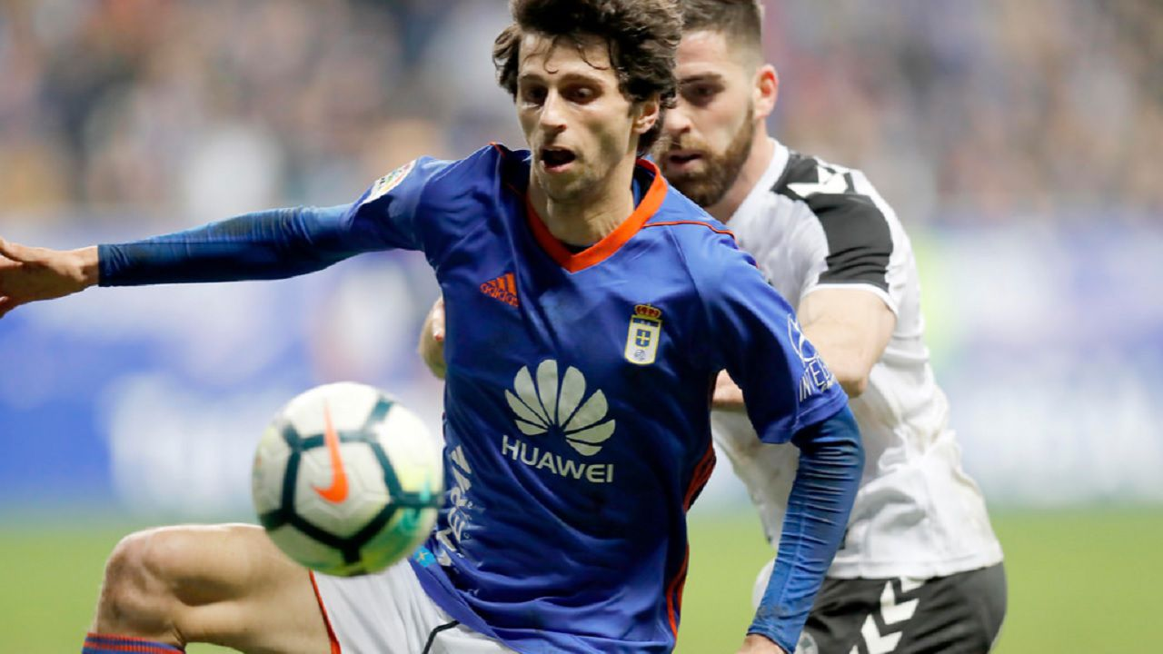 Fabbrini Real Oviedo Albacete Carlos Tartiere.Fabbrini controla un balon ante la presion de un futbolista del Albacete