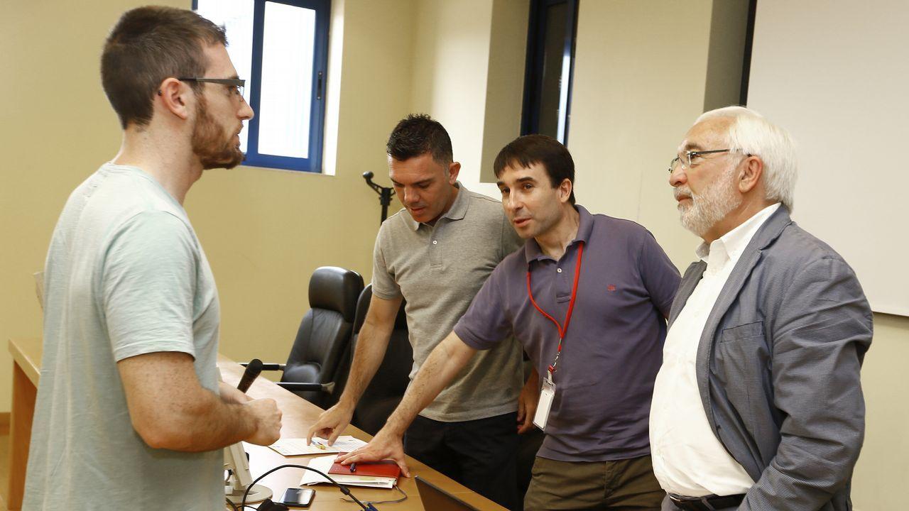 El presidente del Principado, Javier Fernández, y el rector de la Universidad de Oviedo, Santiago García Granda, se saludan tras la firma del contrato-programa.El rector Leopoldo Alas Argüelles