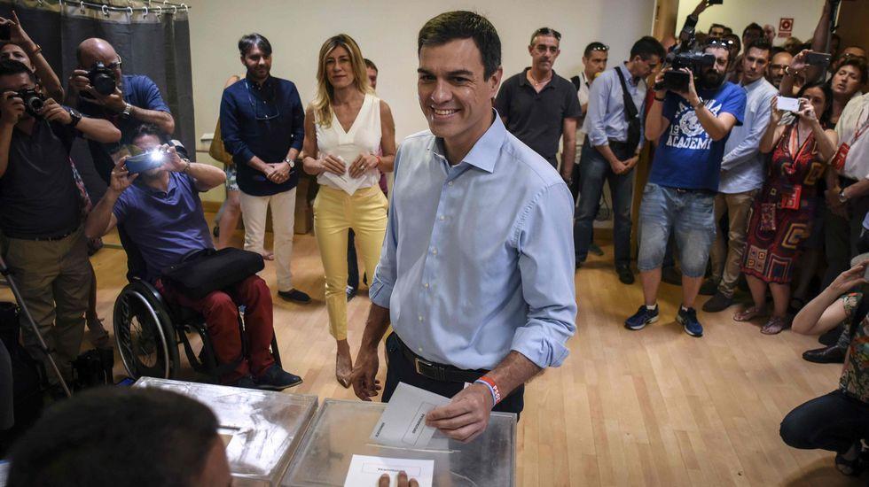 .El candidato del PSOE, Pedro Sánchez, en el momento de votar