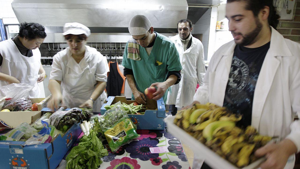 Voluntarios de Vida digna en Teis en una imagen de archivo