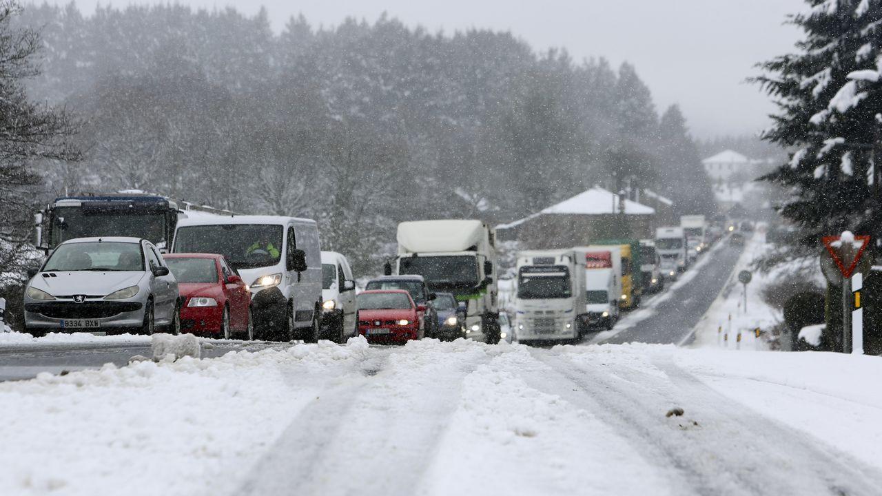 La nieve dificultó el tráfico en la A-6 y acumula 30 centímetros en la montaña.