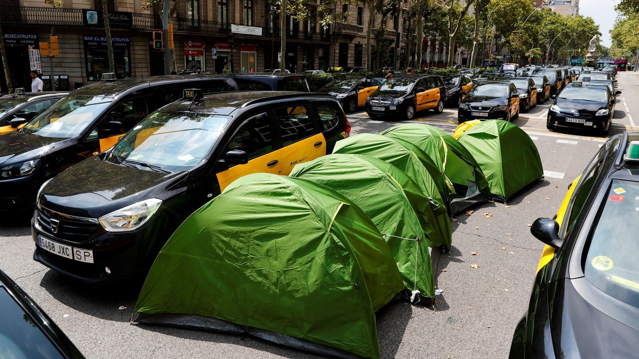 Barcelona, un año después de los atentados de las Ramblas y Cambrils.Un avión de Vueling