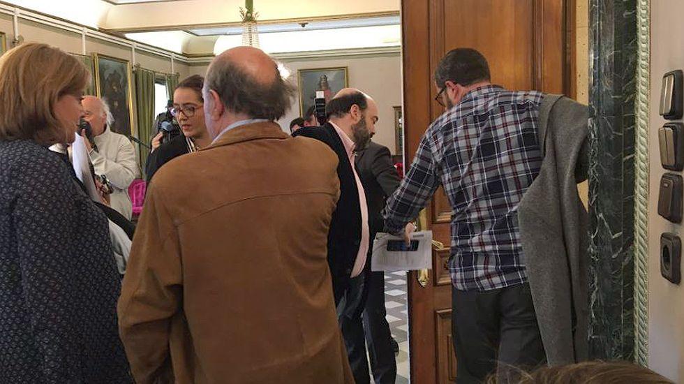 Caunedo y los concejales del PP de Oviedo abandonan el pleno.Caunedo y los concejales del PP de Oviedo abandonan el pleno