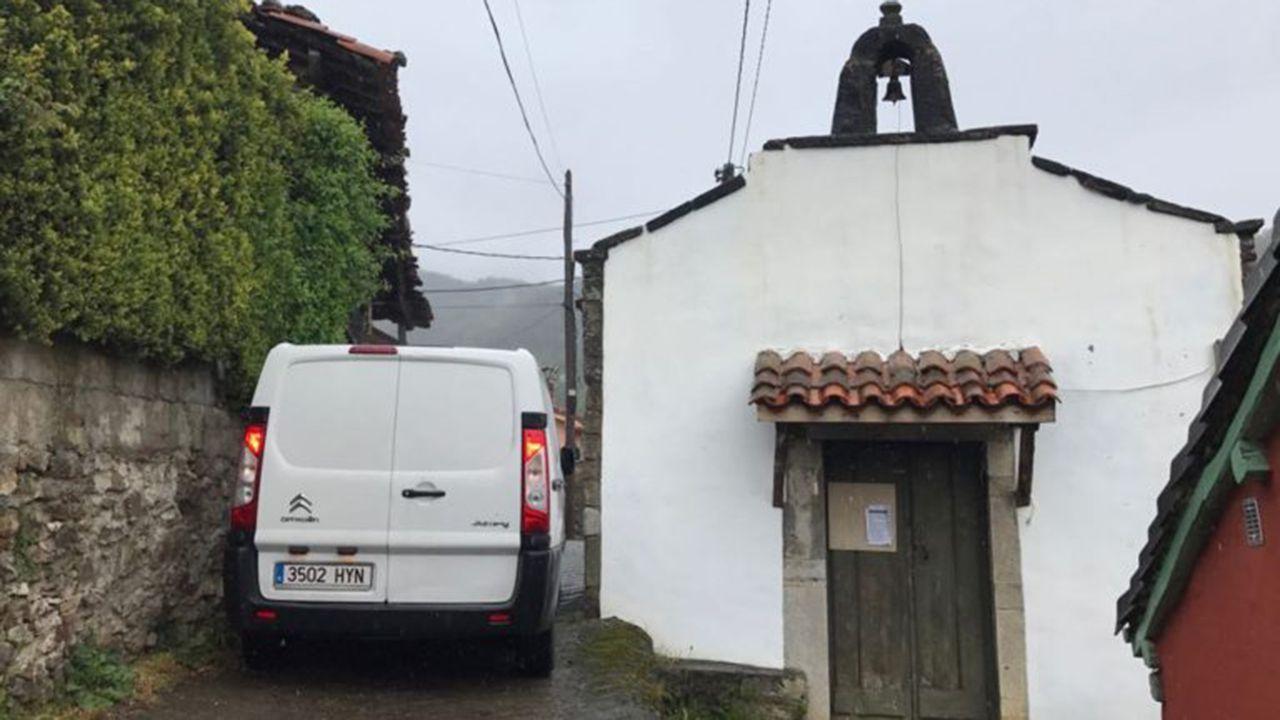 El furgón que trasladó el cuerpo de la joven en Salcedo