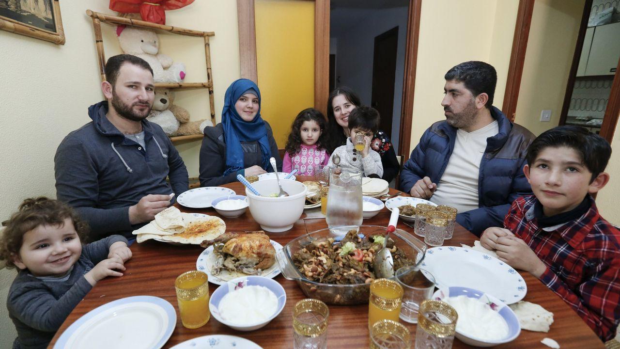 Una feria que va a más.Las dos familias refugiadas en Sarria, en una imagen poco después de llegar
