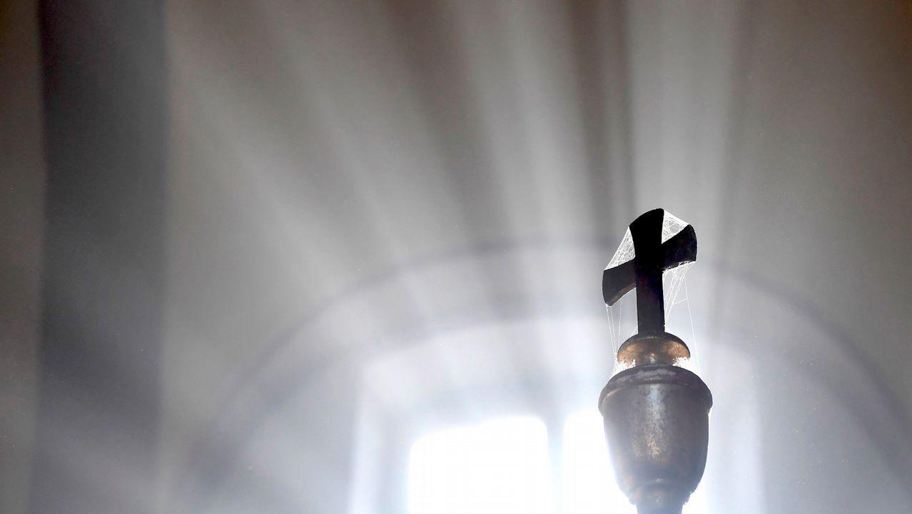 La luz del día ilumina un crucifijo en la iglesia de San Jorge en Pomaz (Hungría)