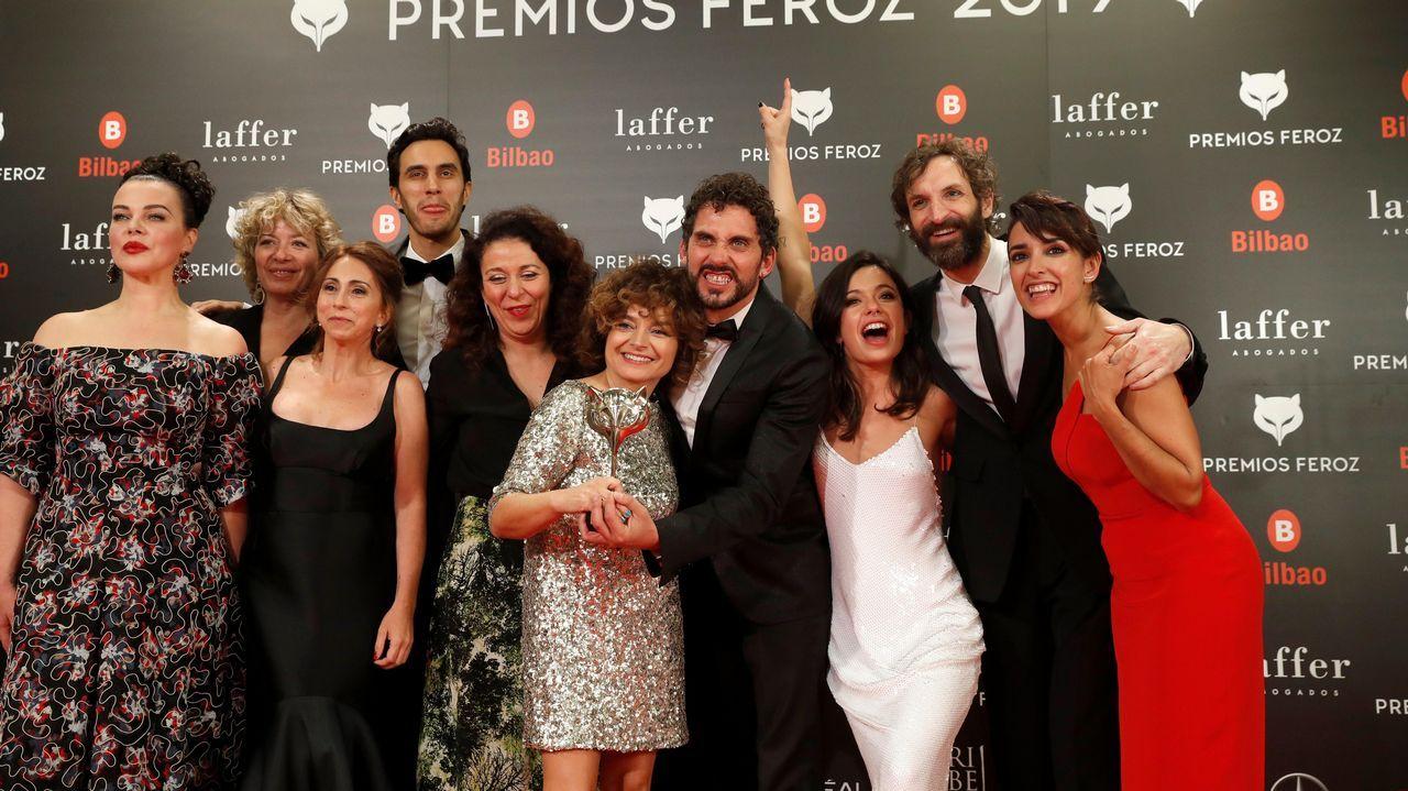 PREMIOS FEROZ. El elenco artístico de la serie  Arde Madrid  recibe el premio a la mejor serie de comedia