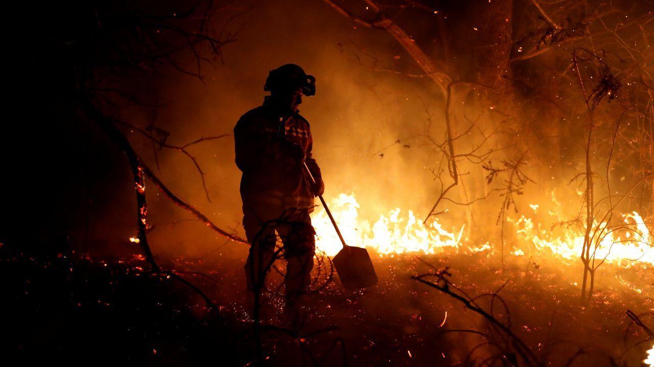 Los bomberos intentan sofocar el incendio que se ha producido hoy en los alrededores de Labares