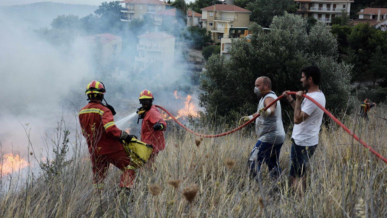 Los bomberos intentan extinguir el fuego en Kinetta