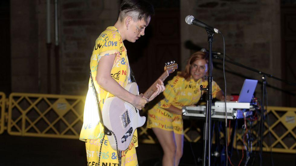 .El dúo de música electrónica Bleset dio el primer concierto de las fiestas el sábado por la noche