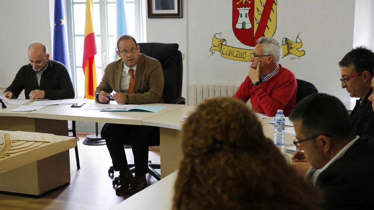 El secretario provincial del PSOE, Rafael Rodríguez Villarino, explica las razones del relevo del portavoz del partido en la Diputación.Gonzalo Caballero y Pachi Vázquez se saludan en el funeral de Miguel Cortizo