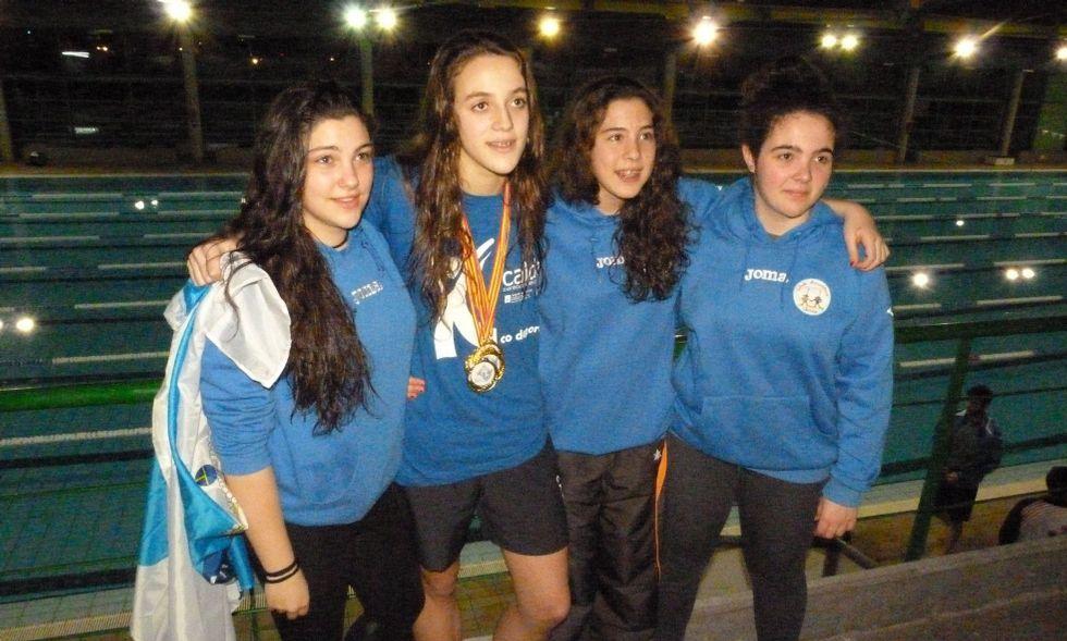Antía García, junto al resto de compañeras júnior portando las medallas, tras la prueba en Ourense.