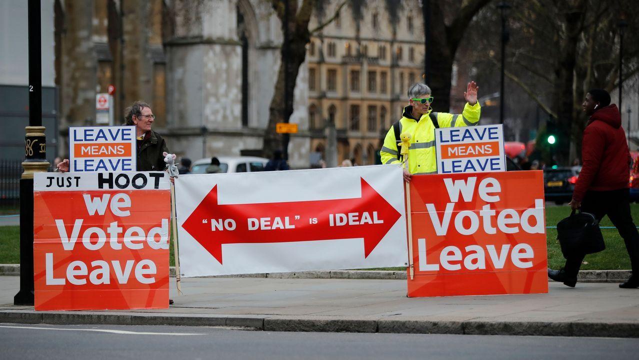 Dos hombres se manifiestan en favor de que se ejecute la salida de la UE del Reino Unido