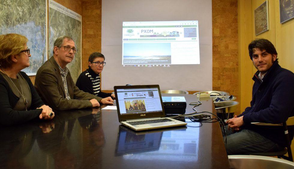Daniel Cerqueiro, a la derecha, explicó el funcionamiento de la página.
