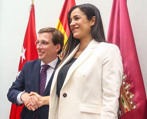Almeida y Villacís, posando tras la sesión de investidura