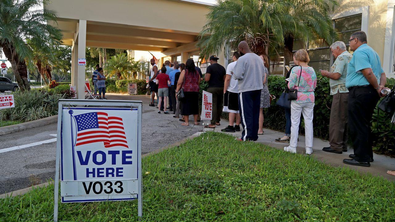 Colas en un colegio electoral de Los Ángeles