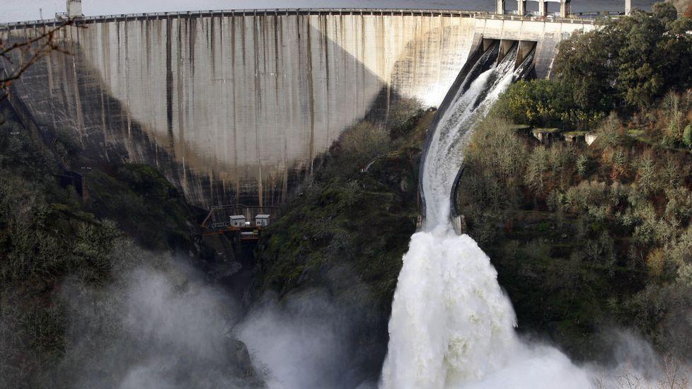 Así suelta agua el embalse más grande de Galicia.