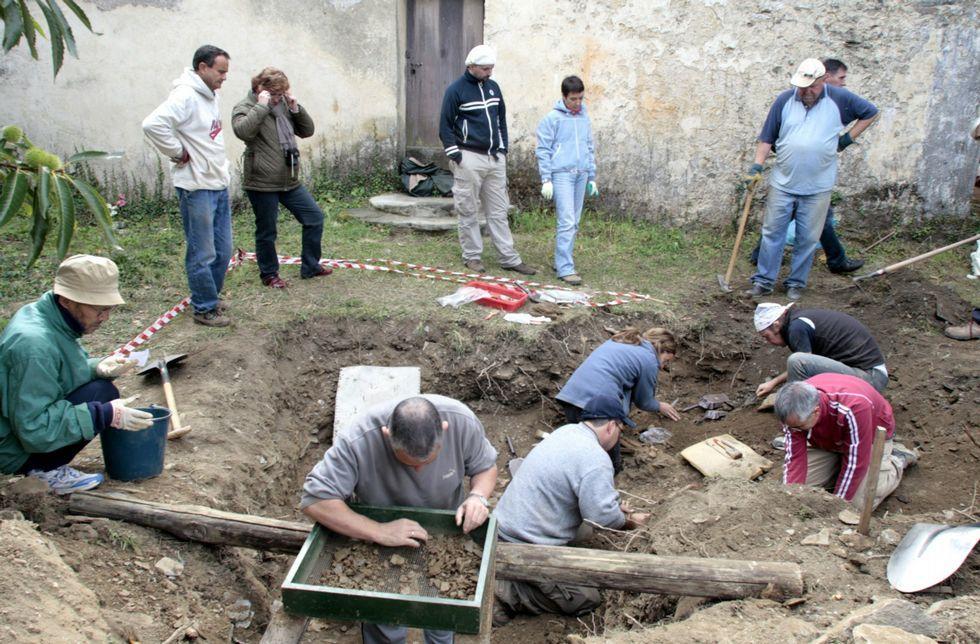 Exhumación de víctimas del franquismo en la aldea quiroguesa de Cereixido en el 2008.