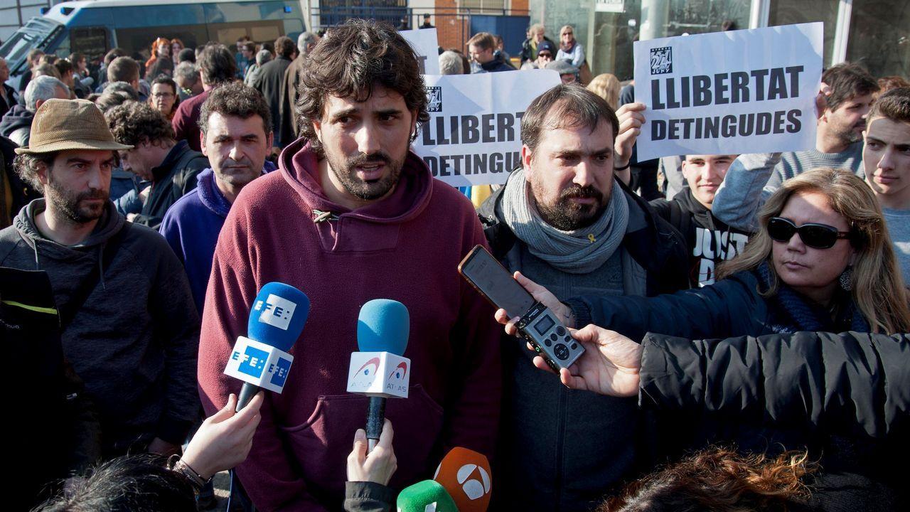 Furgoneta calcinada en el centro de Ourense.Los alcaldes de Verges, Ignasi Sabater (izquierda), y de Celrà, Dani Conellà, atienden a la prensa después de su liberación