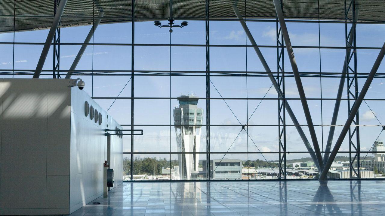 La torre de control del Aeropuerto de Asturias detrás de un cristal mojado por la lluvia