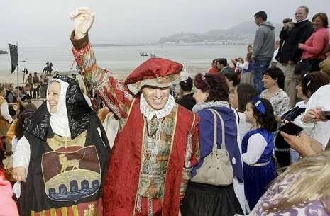 El recorrido de Gallardón, en imágenes.A las 21 horas tendrá lugar el desembarco de la corte de Carlos V en Covas, previo paso por Celeiro.