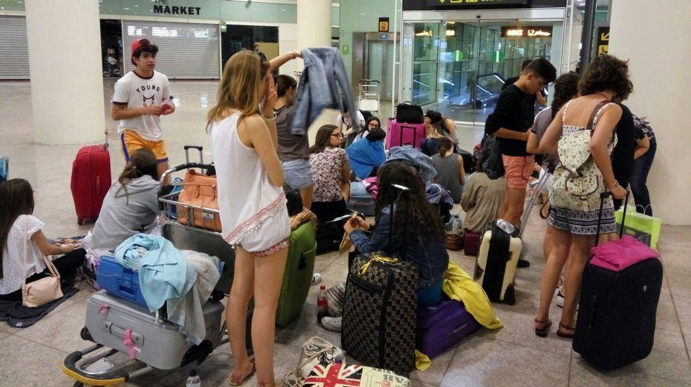 .Un precedente, el pasado 17 de junio. Ese día, Vueling dejó tirados toda la noche en el aeropuerto de El Prat a un grupo de alumnos coruñeses de entre 15 y 16 años